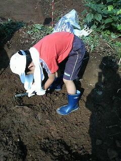 戦国時代の城跡で発掘体験